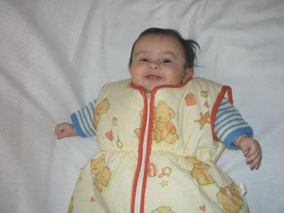 Gigoteuse manche courte sur un bébé
