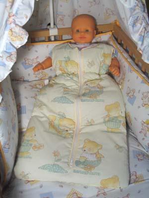 Gigoteuse avec bébé dans un berceau